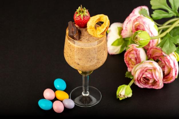 Een vooraanzicht bruin chocodessert smakelijk heerlijk snoepje met gepoederde koffiechocobar en aardbei op het donkere zoete verfrissende dessert als achtergrond