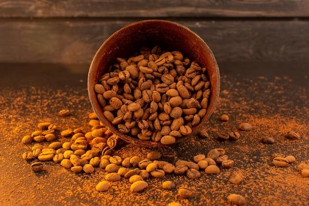 Een vooraanzicht bruine koffiezaden binnen bruine plaat op het bruine koffiezaad