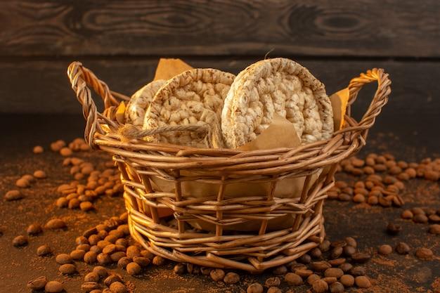 Een vooraanzicht bruine koffiezaden met mandje crackers en koffiezaadkorrelgranulaat