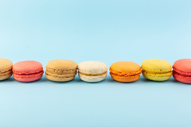 Een vooraanzicht franse macarons heerlijke en gebakken koekje cake suiker zoet