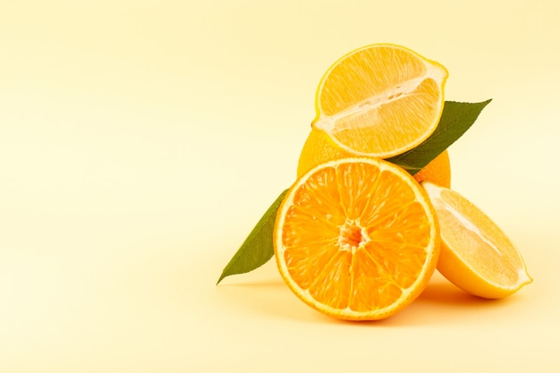 Een vooraanzicht geheel oranje en gesneden stuk rijpe verse sappige zacht geïsoleerd op de crème achtergrond citrusvruchten sinaasappel