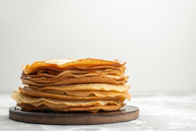 Een vooraanzicht heerlijke ronde pannenkoeken heerlijk en gebakken pannenkoek gebak koken