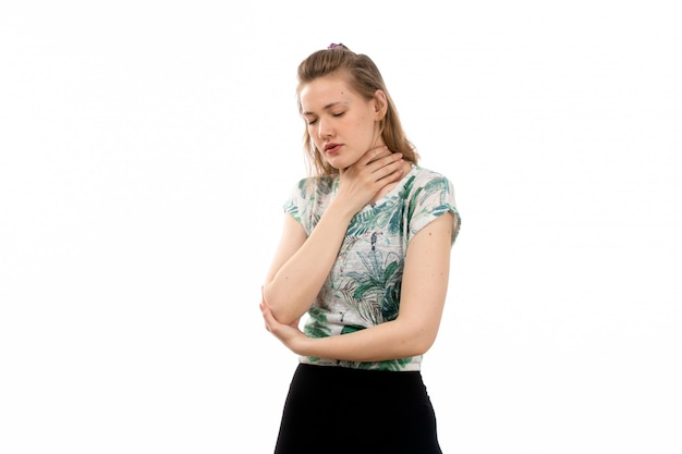 Een vooraanzicht jonge aantrekkelijke dame in ontworpen shirt en zwarte rok die lijden aan keelpijn op de witte