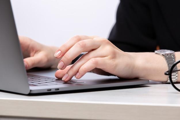 Een vooraanzicht jonge dame met behulp van haar zilveren laptop baan werkcomputer