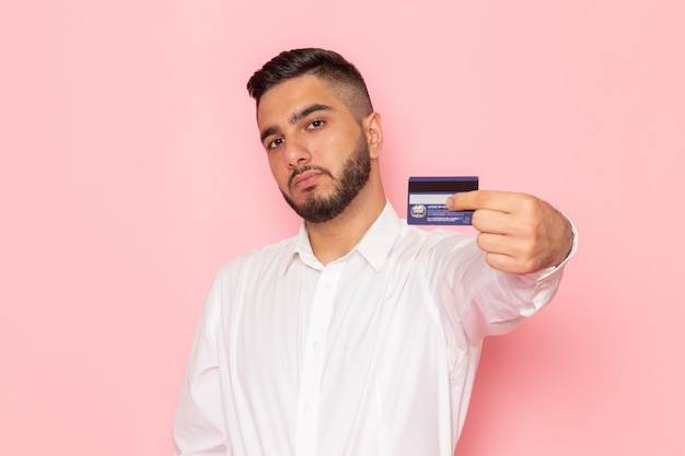 Een vooraanzicht jonge man in wit overhemd met kaart