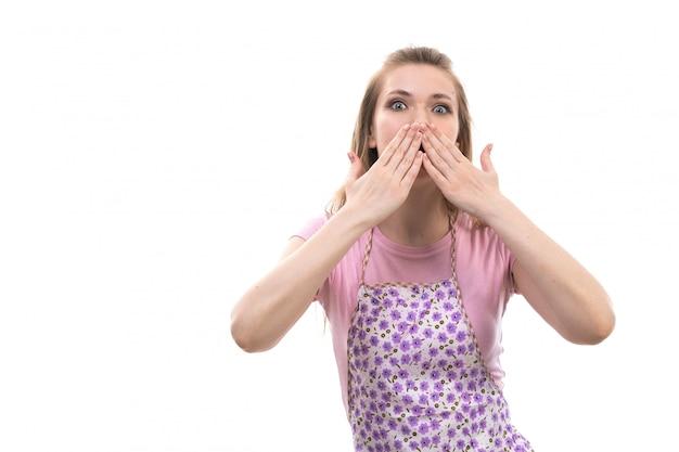 Een vooraanzicht jonge mooie huisvrouw in roze shirt kleurrijke cape verzenden kussen