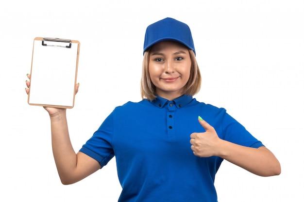 Een vooraanzicht jonge vrouwelijke koerier in blauw uniform blocnote voor handtekeningen