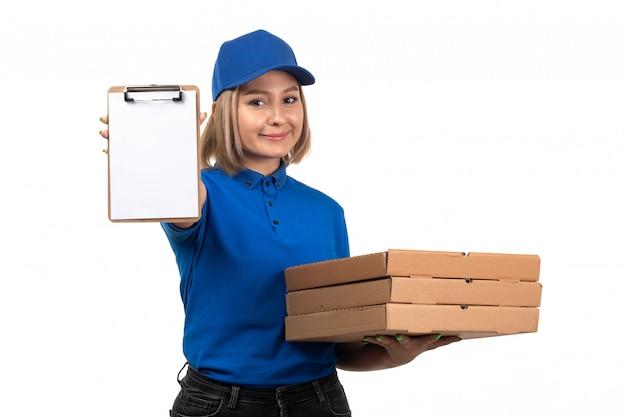 Een vooraanzicht jonge vrouwelijke koerier in blauw uniform met voedselbezorgingspakketten en blocnote voor handtekeningen