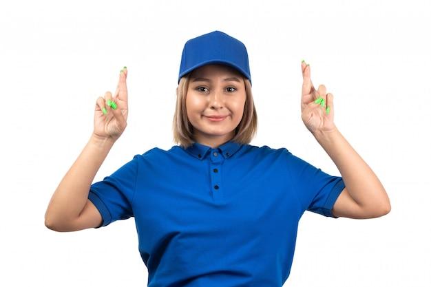 Een vooraanzicht jonge vrouwelijke koerier in blauw uniform net poseren