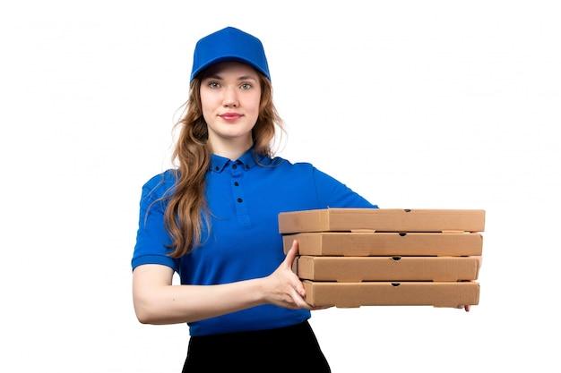 Een vooraanzicht jonge vrouwelijke koerier in uniform bedrijf levering pizzadozen lachend