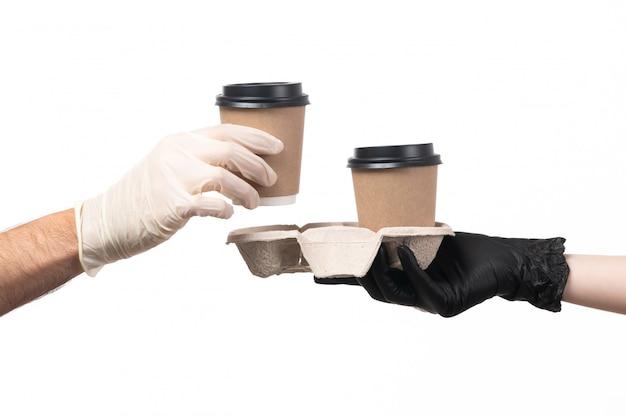 Een vooraanzicht koffiekopjes leveren van vrouw tot man