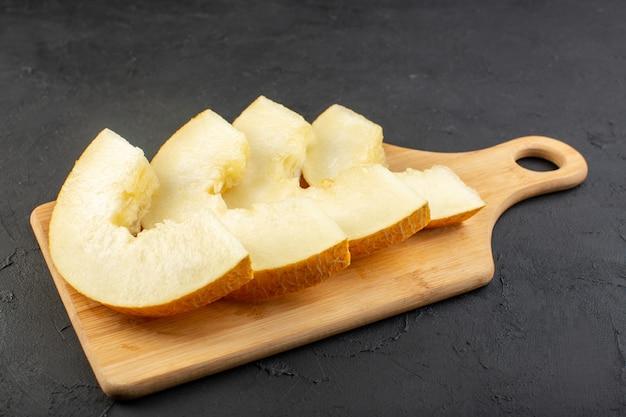 Een vooraanzicht maakte verse meloen zacht sappig en zoet bekleed op houten bureau
