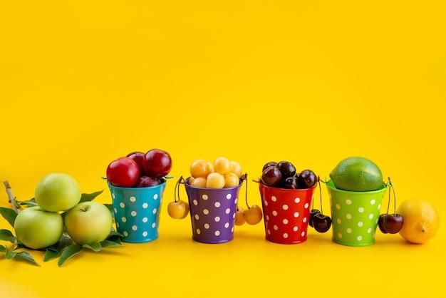 Een vooraanzicht mand met zacht en sappig fruit op geel, fruitkleur zomer
