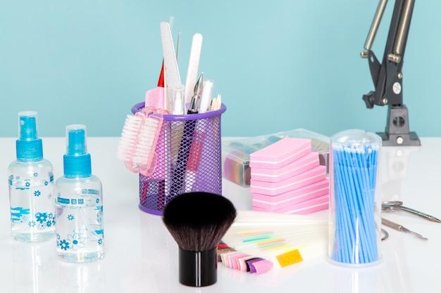 Een vooraanzicht manicure details schaar sprays op witte tafel schoonheid nagels manicure