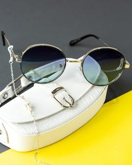 Een vooraanzicht moderne donkere zonnebril op de geel-zwart