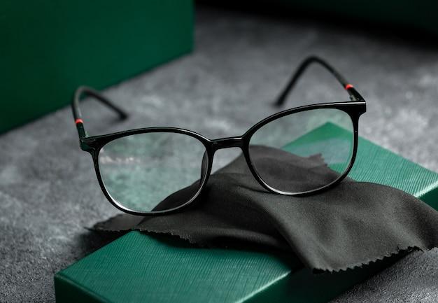 Een vooraanzicht moderne zonnebril modern op het grijze bureau geïsoleerde visie bril elegantie
