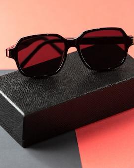 Een vooraanzicht moderne zwarte zonnebril op de roze-donker