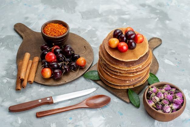 Een vooraanzicht rond gebakken pannenkoeken en heerlijk met het fruit van de kersencake