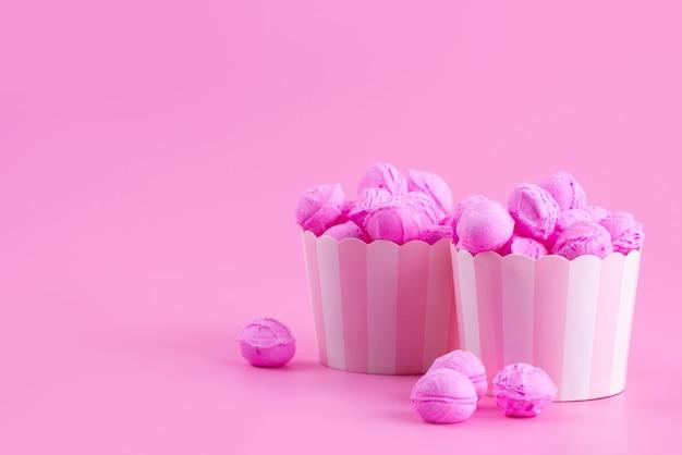 Een vooraanzicht roze, koekjes heerlijk op roze, kandijsuiker zoete kleur
