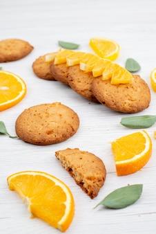 Een vooraanzicht sinaasappelsmaak koekjes met vers sinaasappelschijfjes fruit koekjeskoekje