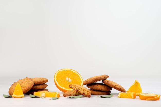 Een vooraanzicht sinaasappelsmaak koekjes met verse sinaasappelschijfjes fruit koekjes koekjes