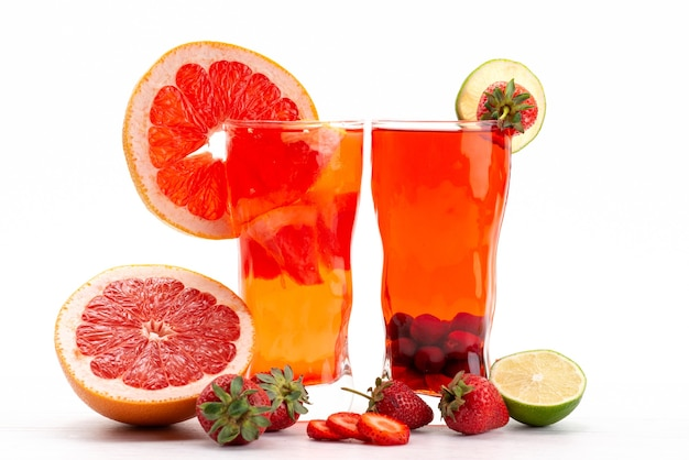 Een vooraanzicht vers fruit cocktail met vers fruit plakjes ijskoeling op wit, drink sap cocktail fruit kleur