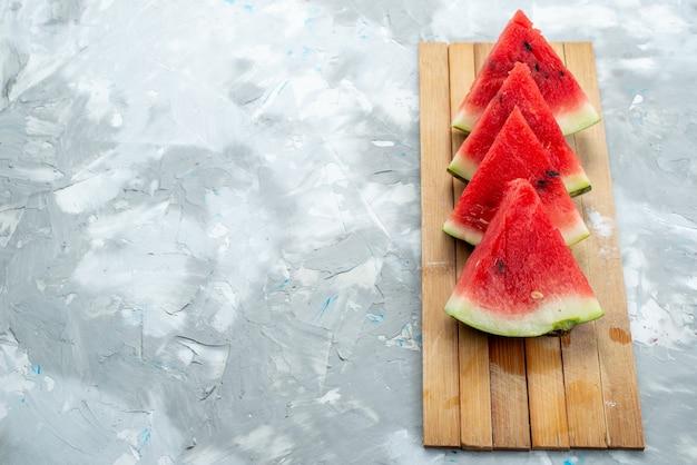 Een vooraanzicht vers gesneden watermeloen zacht en zoet op wit, fruit kleur rijp