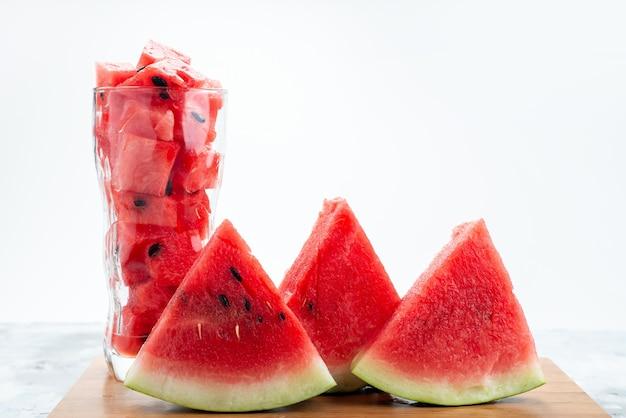 Een vooraanzicht vers gesneden watermeloen zacht en zoet op wit