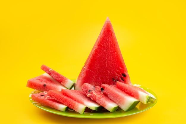 Een vooraanzicht vers gesneden watermeloen zoet en zacht op geel, vruchtensap kleur
