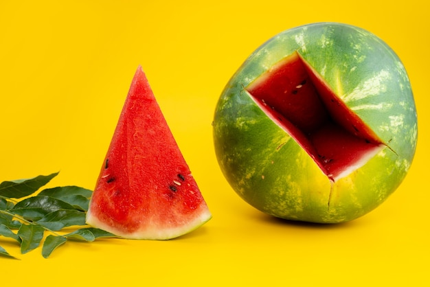Een vooraanzicht verse watermeloen zoet en zacht gesneden op geel, fruit kleur zomer