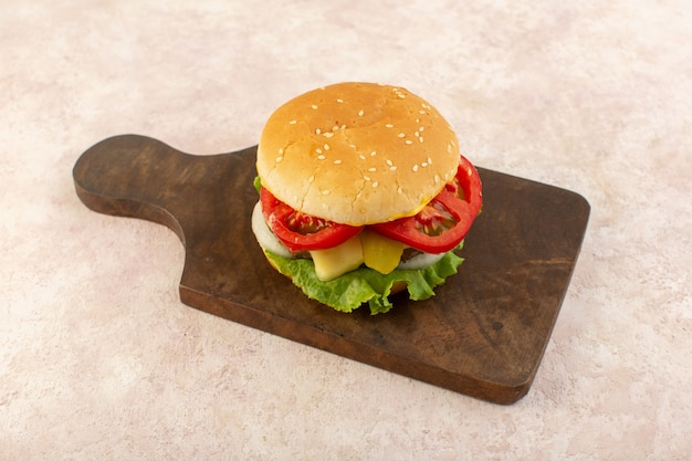 Een vooraanzicht vlees hamburgers met groenten en groene salade op het houten tafel eten