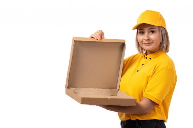 Een vooraanzicht vrouwelijke koerier die in geel overhemd geel glb lege pizzadoos op wit houdt