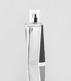 Een vooraanzicht zilver en zwart ontworpen op het witte bureau