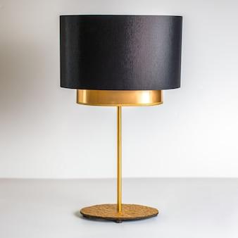 Een vooraanzicht zwart-gouden lamp ontworpen prachtig gedecoreerd op de witte achtergrond