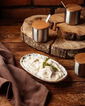 Een vooraanzichtdeegmaaltijd gezouten en heerlijk op de houten het voedselsmaak van de bureaumaaltijd