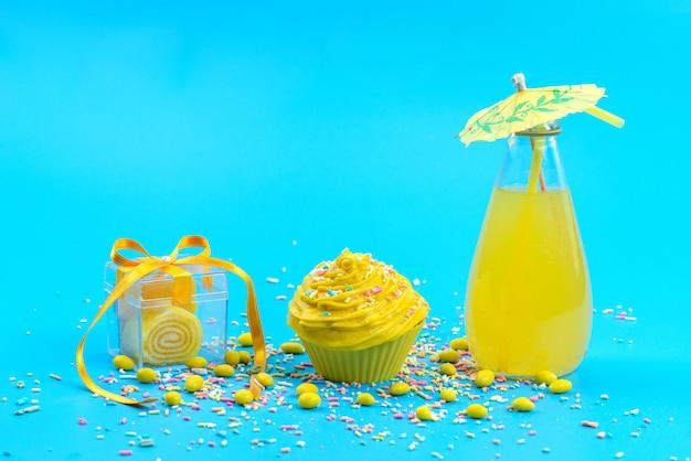 Een vooraanzichtsap en een cake met suikergoed op de blauwe het koekjeskleur van de bureaucake
