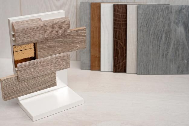 Een voorbeeld van een catalogus van luxe vinyl vloertegels met een nieuw interieurdesign voor een woning of vloer. een voorbeeld van het leggen van laminaat en vinyl met voering en plinten.