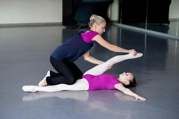 Een voorbeeld van gezond levensonderwijs - vrouw en meisje samen oefenen