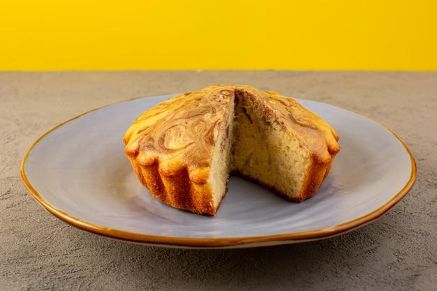 Een voorzijde sloot omhoog mening zoete cake heerlijke yummy chococake die binnen blauwe plaat wordt gesneden