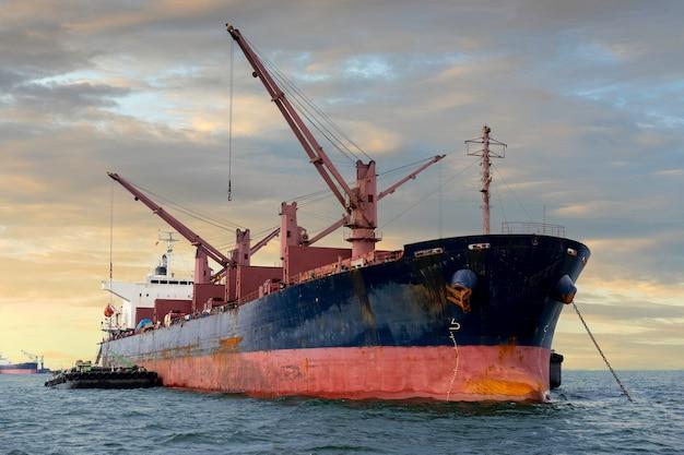Een vrachtschip of vrachtschip op zee met bewolkte hemel