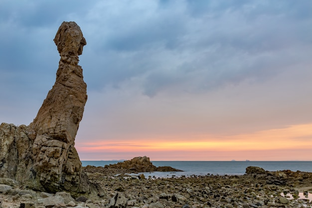 Een vreemd gevormde rots op het strand