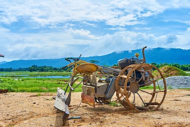 Een vreemd zelfgemaakt stuk gereedschap voor het ploegen van een akker van een herbouwde motor. agrarisch dorp in azië.