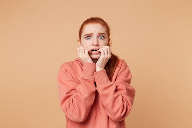 Een vreselijk bange jonge vrouw met angst