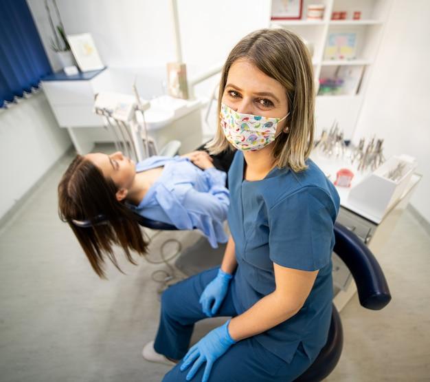 Een vriendelijke en professionele tandarts bezoeken