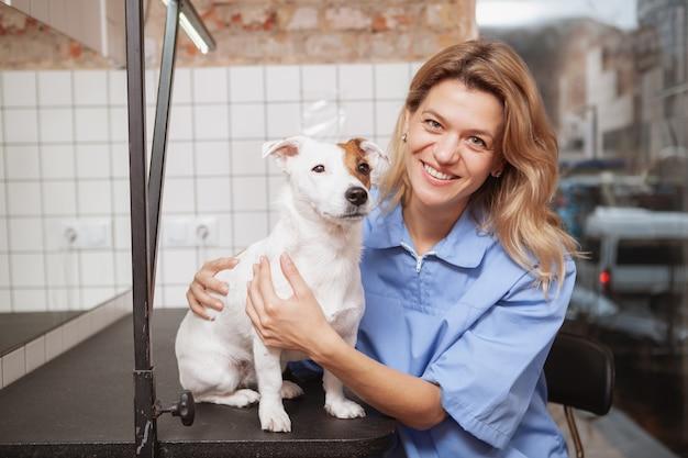 Een vriendelijke vrouwelijke dierenarts die bij haar kliniek werkt