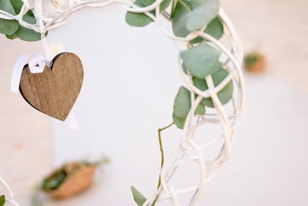 Een vrijhangend decoratief houten hart