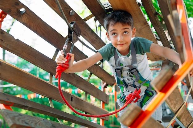 Een vrolijk jongetje in de speeltuin