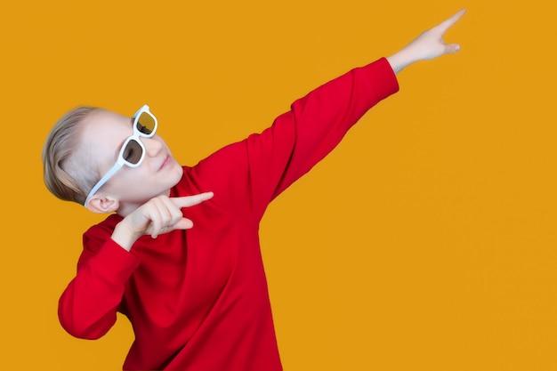 Een vrolijk kind met een 3d-kinderbril wijst met zijn handen opzij