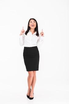 Een vrolijke aziatische zakenvrouw