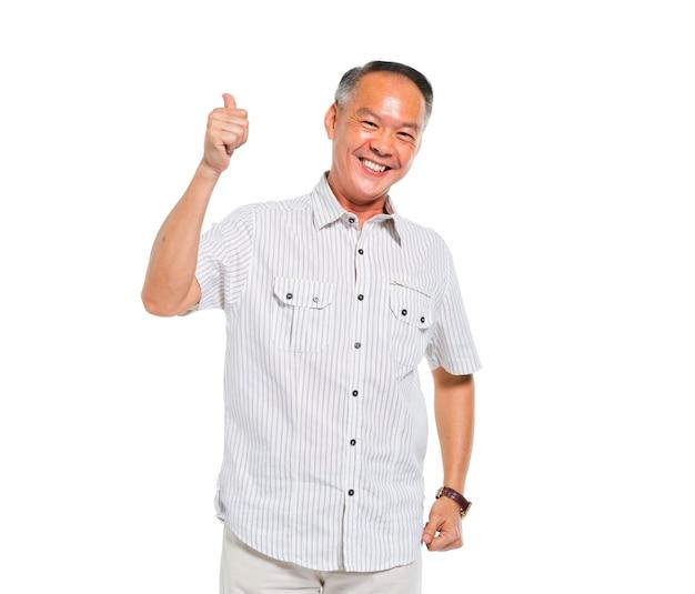 Een vrolijke casual oude man geeft duimen omhoog